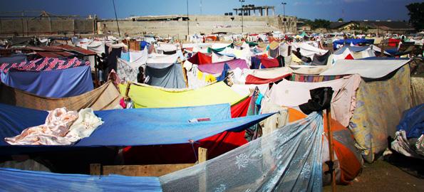 O Exército de Salvação está cuidando de 20.000 que residem provisoriamente em barracas construídas num campo de futebol (Foto: Jeremy Watt)
