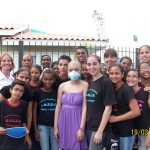 Patrícia (centro) e amigos do Centro Comunitário da Vila dos Pescadores do Exército de Salvação