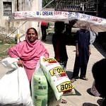 Mulher leva doações para sua família