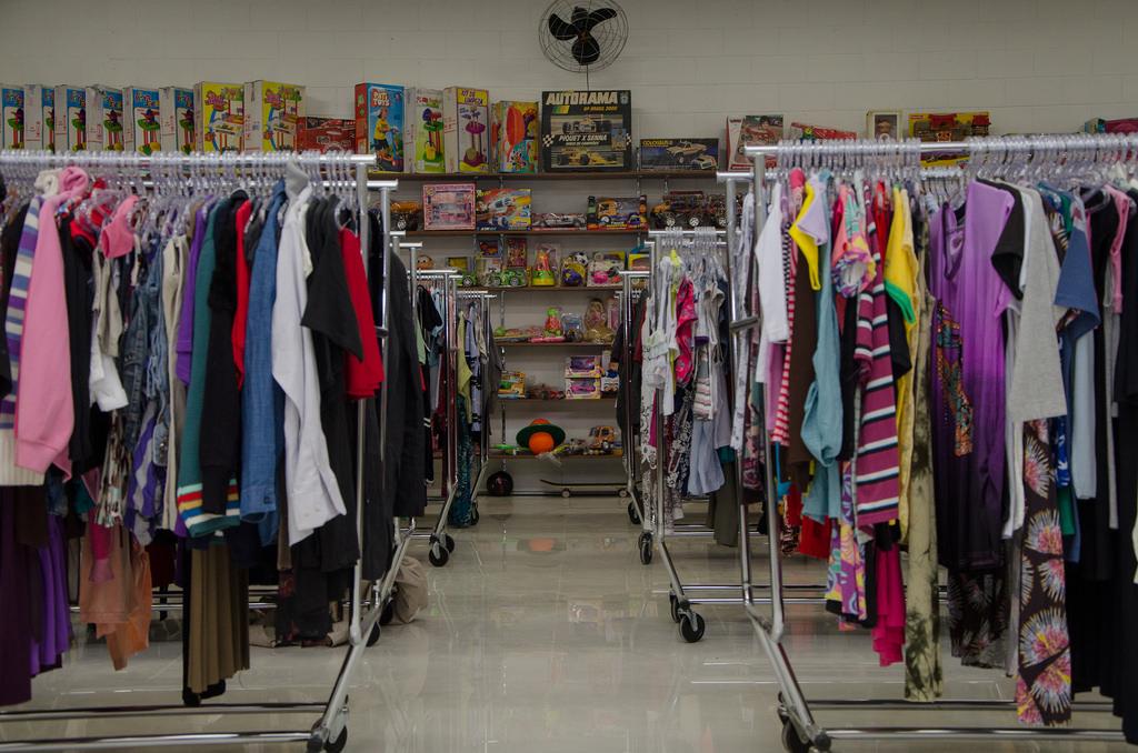 Setor de roupas e brinquedos.