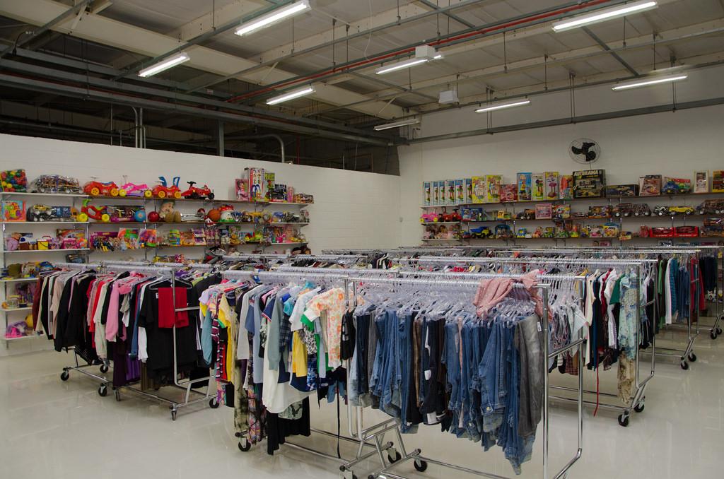 Setor de roupas e brinquedos antes da abertura da loja.