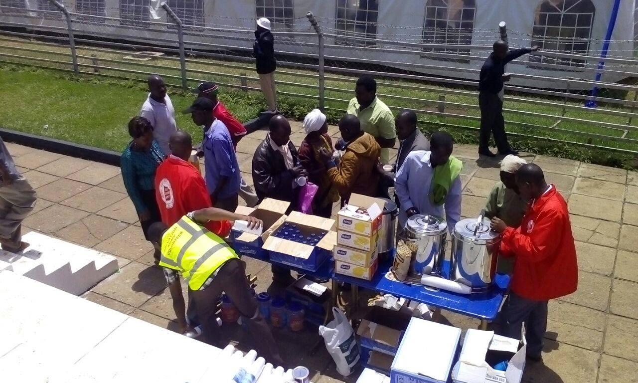 Parentes das vitimas recebendo alimentos
