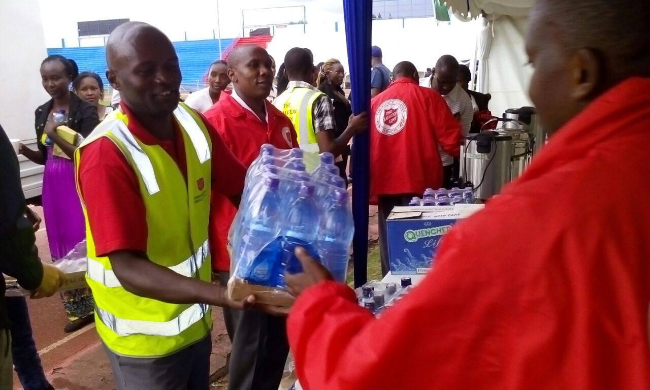 Equipe distribuindo àgua