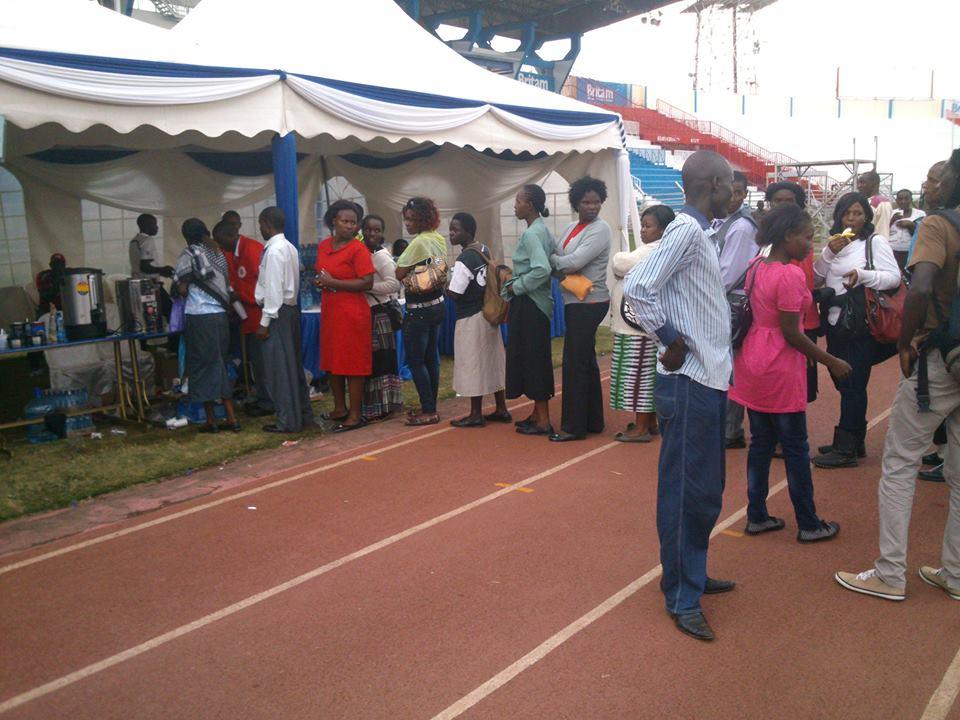Pessoas aguardam para receber auxilio social
