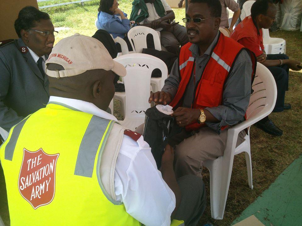 Equipe do Exército de Salvação com a Equipe da Cruz Vermelha do Quênia
