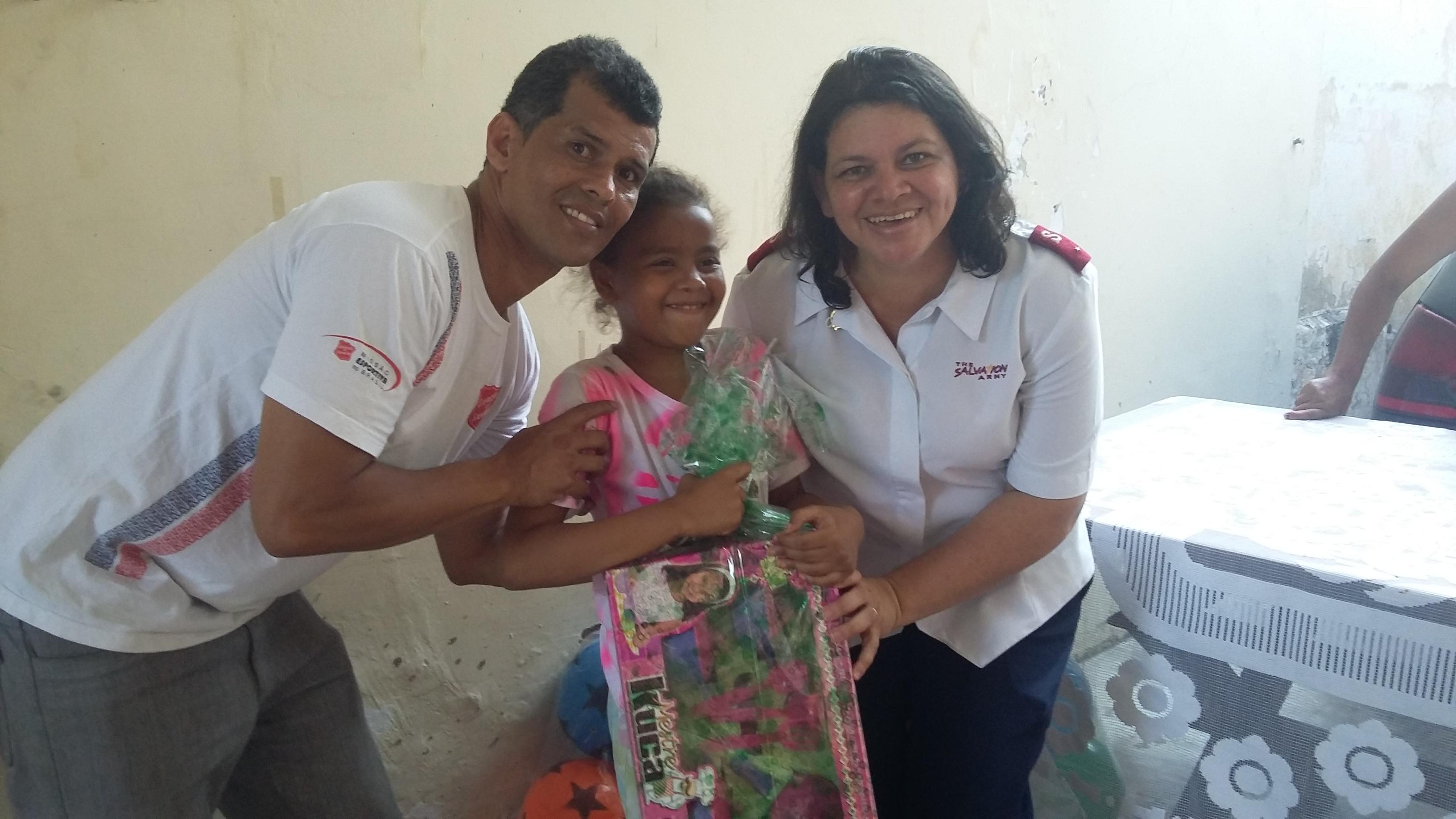 Criança recebendo brinquedo