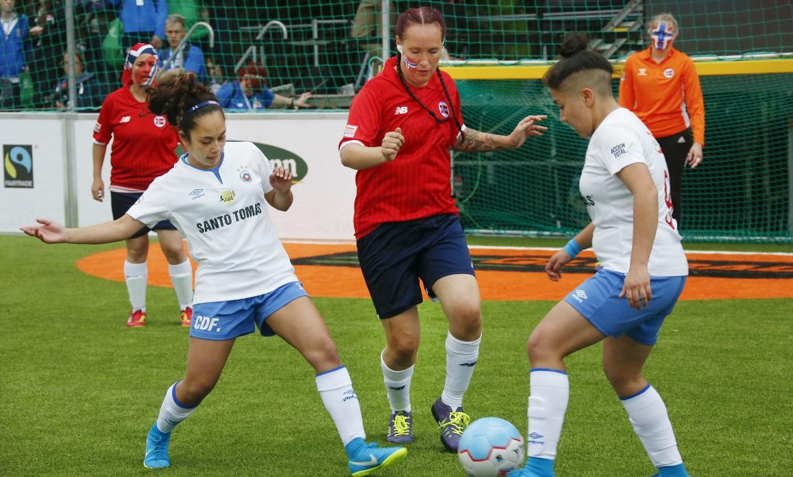 Partida feminina de futebol