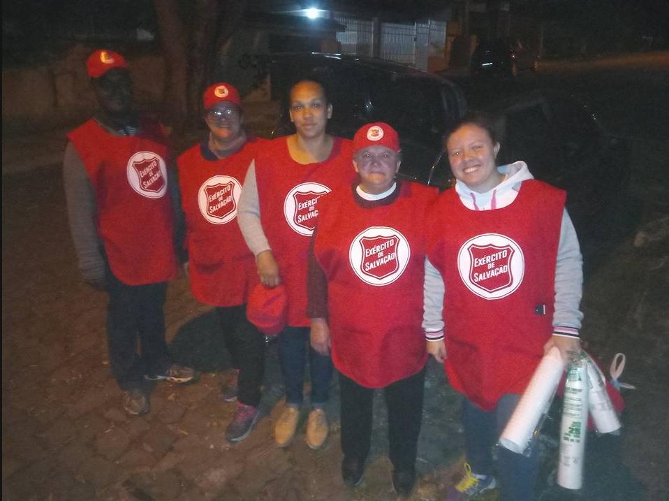 Equipe do Exército de Salvação presente nas ações de distribuição de roupas
