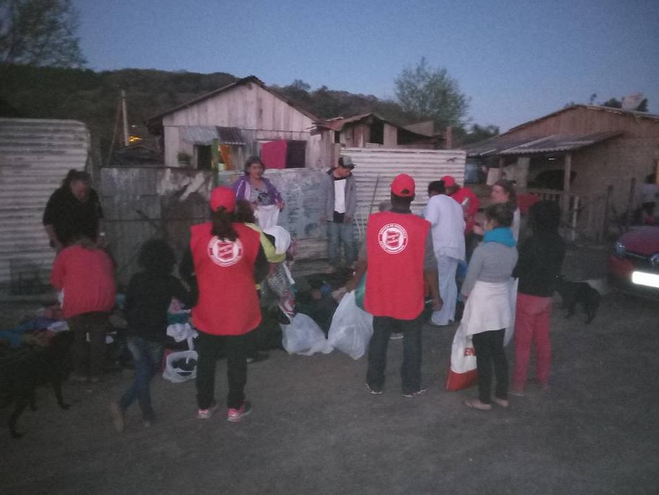 Distribuição pontual de roupas à famílias de baixa renda em Santa Maria