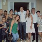 Patrícia e sua família na frente da nova casa ao lado do apresentador Celso Portiolli, Adriana, que doou o terreno e a equipe da empresa Mudar