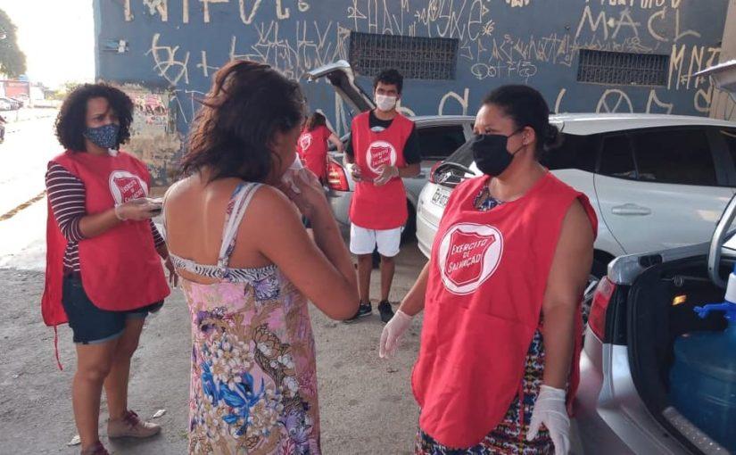 Corpo de Guaianases distribui refeição para moradores de rua